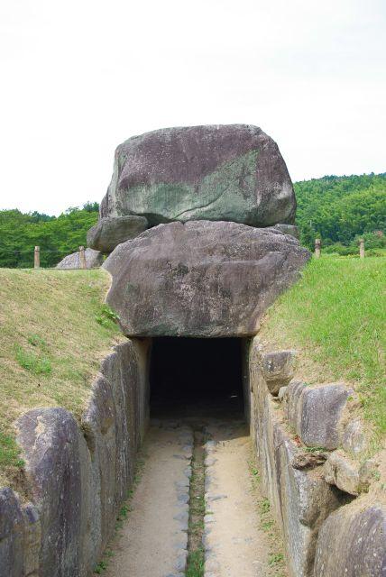 石室に入っていきます。